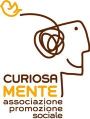 Logo dell'Associazione Curiosamente: una sola linea traccia il profilo sorridente di una persona, il groviglio di pensieri nella sua mente e la traiettoria di volo di un uccellino che vola nella direzione opposta.